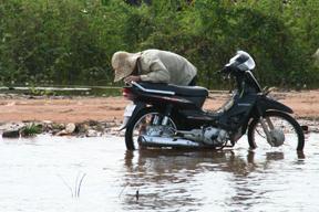 水没するバイク