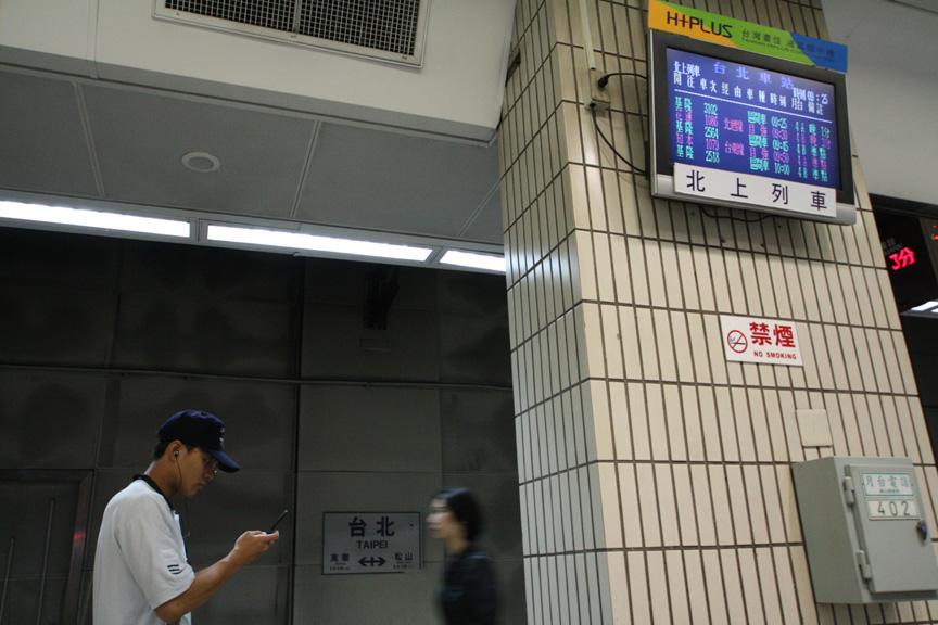 台北駅のホームで列車を待っている